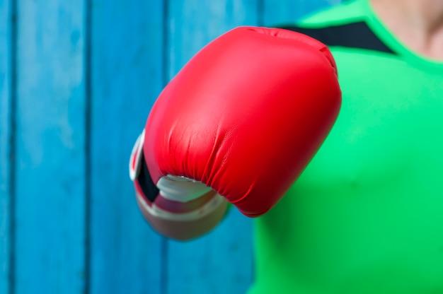 Main humaine dans un gant de boxe rouge