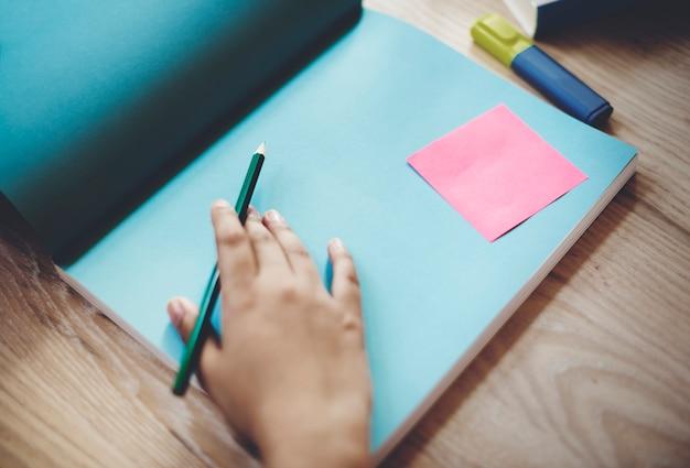 Main humaine écrivant le concept d'espace de travail