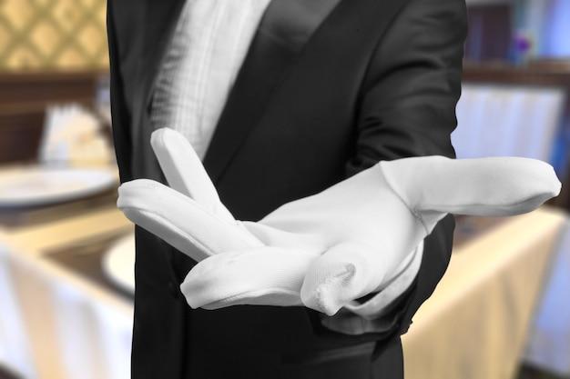 Main humaine élégante dans le gant blanc