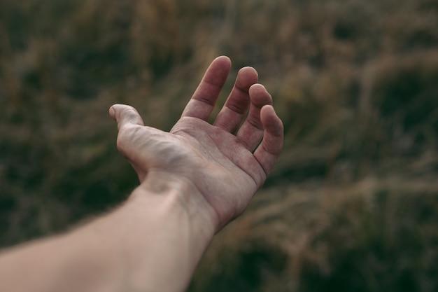 Main humaine avec fond sombre boke