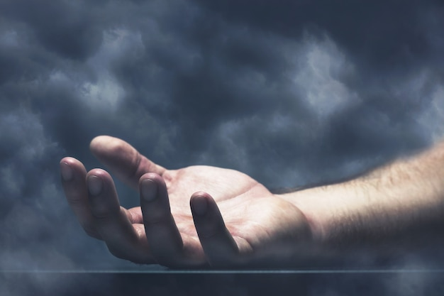 Main humaine avec nuage