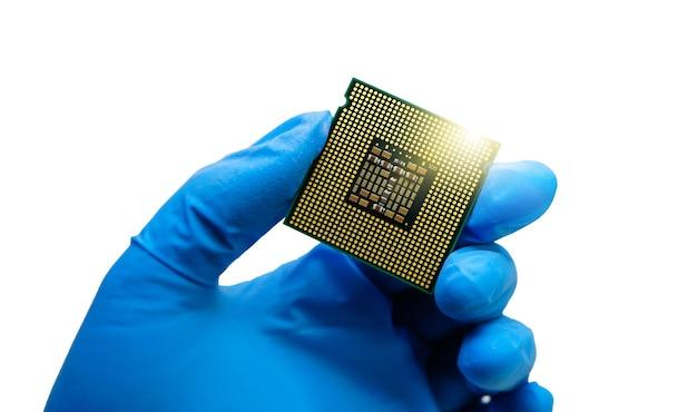Main d'ingénieur portant des gants en caoutchouc bleu tenant un chipset cputhe concept de service informatique