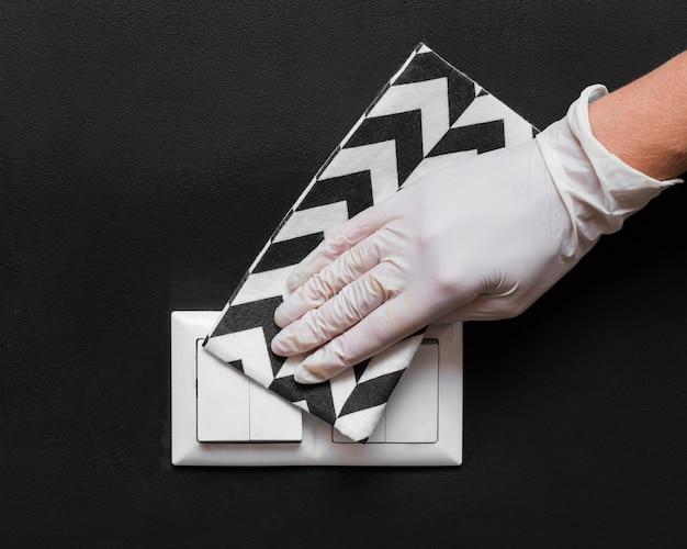 Main avec des interrupteurs d'éclairage désinfectant des gants