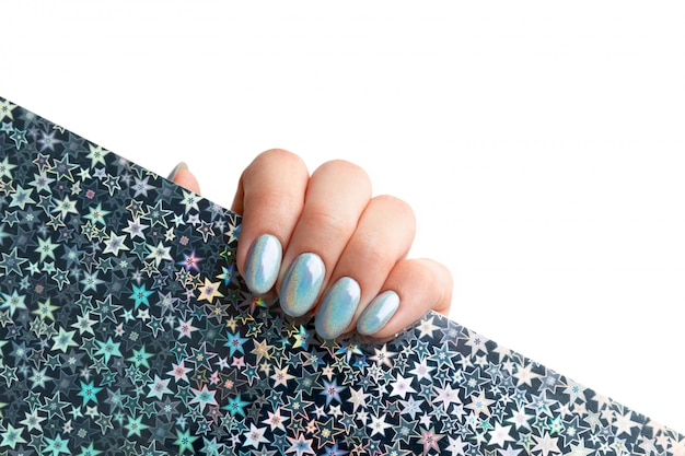 Main de jeune femme adulte avec des ongles à la mode holographiques