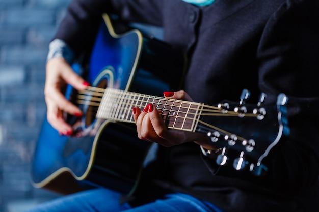 Main jouant la conception d'action de guitare folk