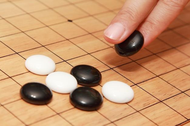 Main jouant à un jeu de board stratégique