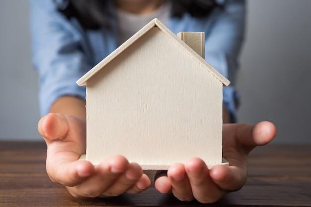 Main avec maison modèle étendue