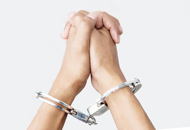 Main avec manille sur blanc