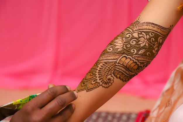 Main de mariée indienne avec design mehandi