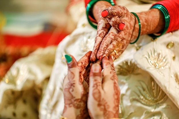 Main de mariée indienne avec design mehndi