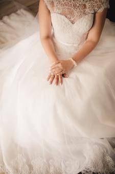 Main de mariée sur la robe de mariée