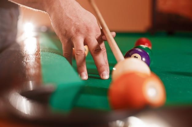 La main masculine bat une sphère.