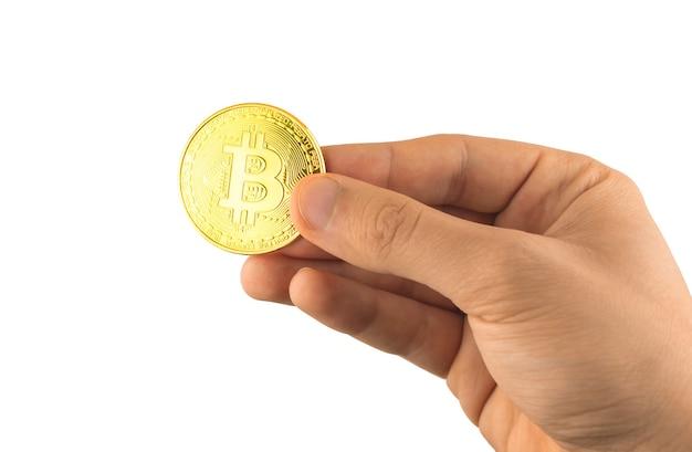Main masculine avec bitcoin isolé sur fond blanc, gros plan de symbole physique de crypto-monnaie