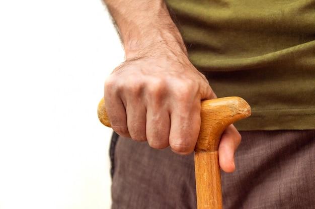 Main masculine avec une canne