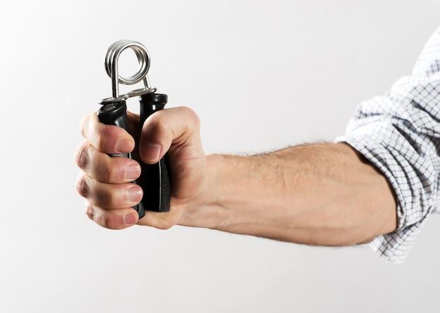 Main masculine exerçant sa force à l'aide d'une pince à main