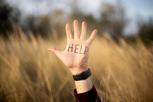 Main masculine avec lettrage d'aide