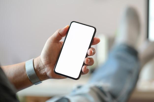 Main masculine et téléphone intelligent mobile à écran blanc