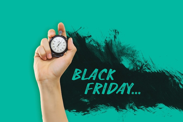 La main masculine tenant un chronomètre sur fond jaune. vente de vendredi noir - concept de magasinage de vacances