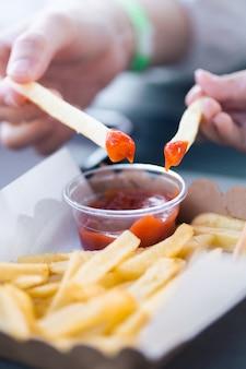 Main, mère, fille, tenue, frit, français, frites, trempette, tomate, sauce