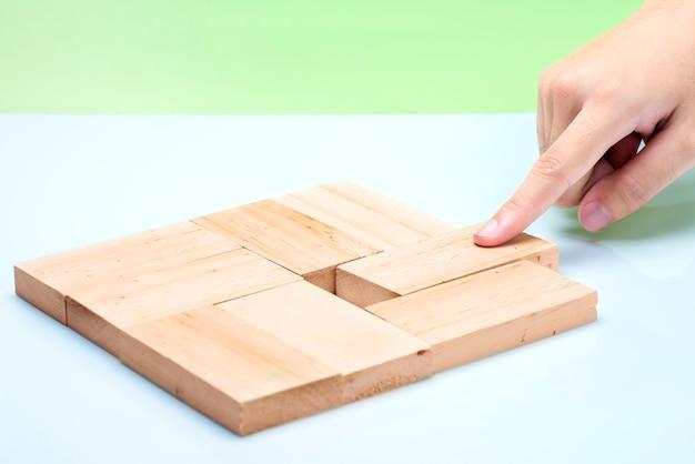 Main mettre un bloc de bois en place sur la table