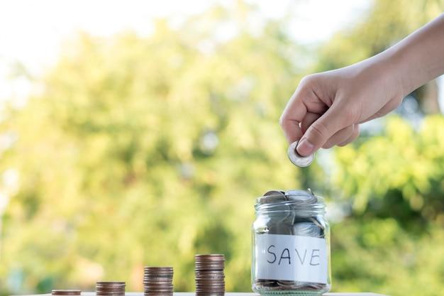 Main mettre pile de pièces d'argent de plus en plus, économiser de l'argent pour le concept de but