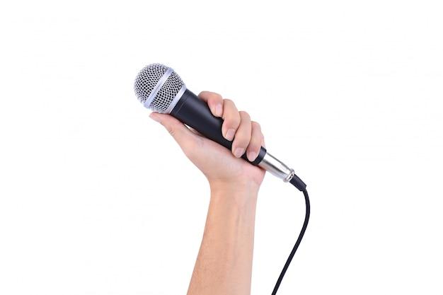 Main avec un microphone isolé sur fond blanc