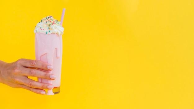 Main avec milkshake et copie-espace