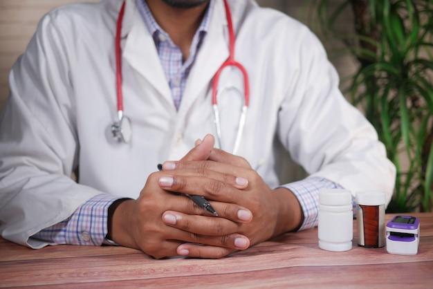 Une main nerveuse de jeunes médecins sur une table blanche située