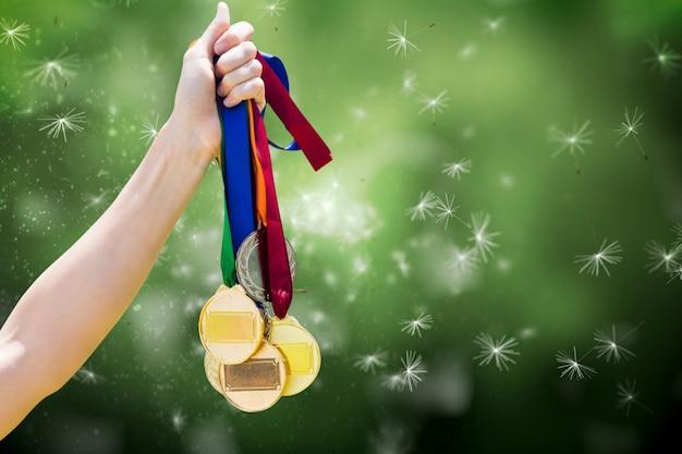 Main avec de nombreuses médailles