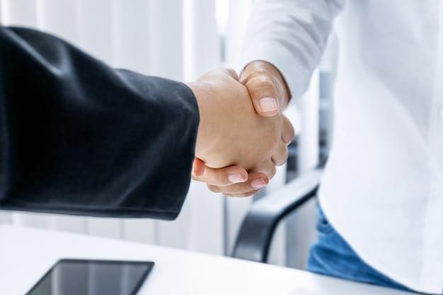 Main-d'œuvre femme mains tremblant à la salle de réunion