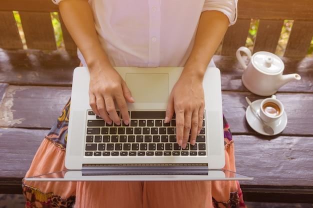 Main sur ordinateur portable.