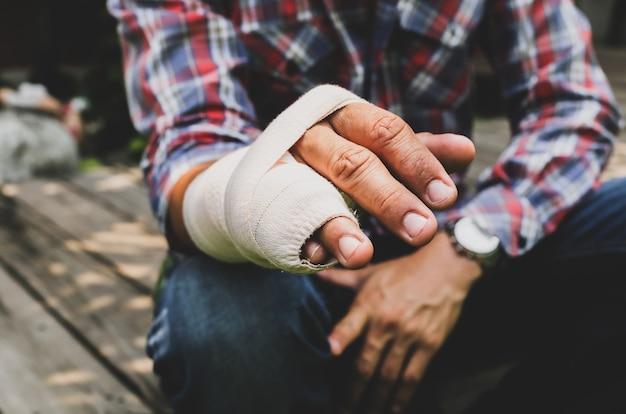 Main de l'os cassé de l'attelle blessé