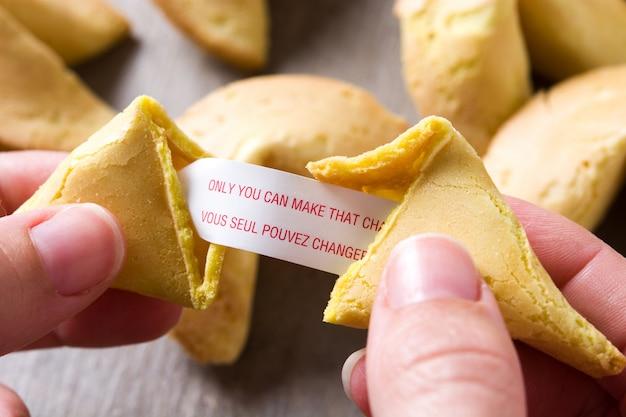 Main ouverture biscuit de fortune avec message