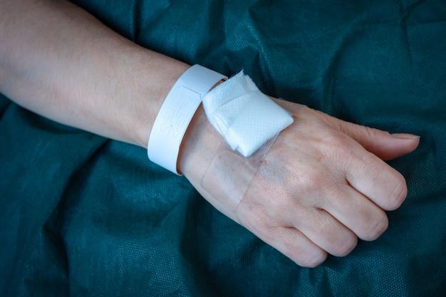 Main d'un patient hospitalisé