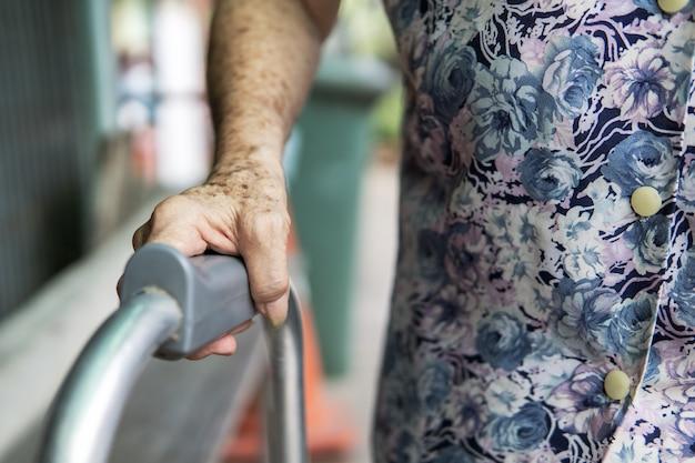 Main patiente âgée et marcheur. concept médical et des soins de santé.