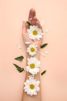 Main avec des pétales de fleurs