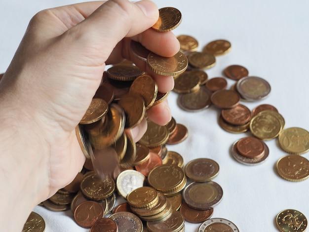 Main avec des pièces en euros, union européenne