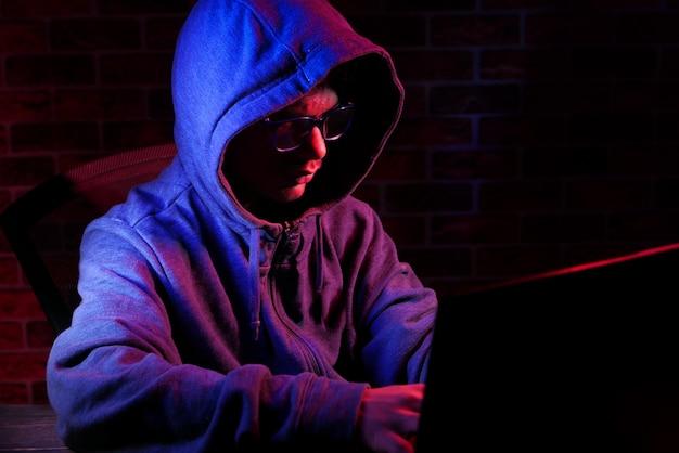 Main de pirate volant des données de haut en bas de l'ordinateur portable