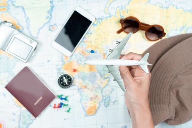 Main à la planification du voyage de vacances et accessoires pour le voyage