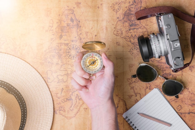 Main à la planification de voyage de vacances et accessoires pour le voyage
