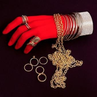 Main en plastique dans les accessoires de bijoux de mode. bracelets et bagues. concept minimal élégant