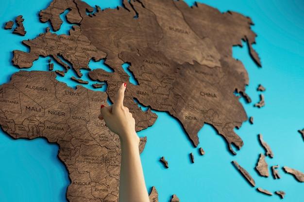 La main pointe vers une carte du monde