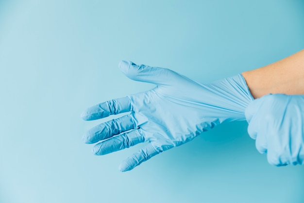 Main portant des gants