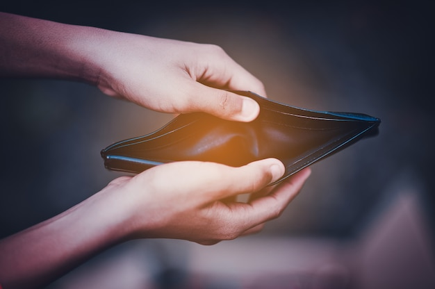 Main et portefeuille problèmes financiers