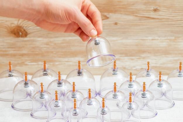 La main prend un bocal en verre sous vide