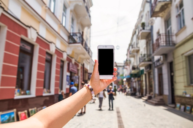 Main, prise de photo de la rue de la ville occupée par téléphone mobile