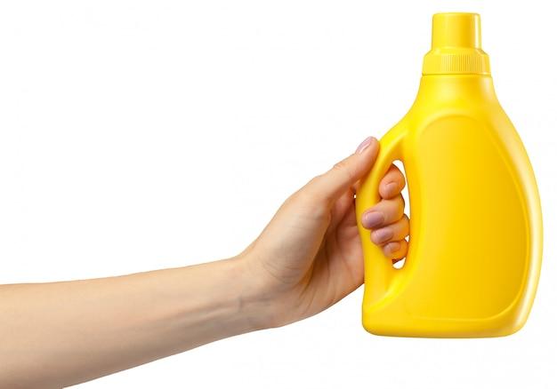 Main avec un produit de nettoyage