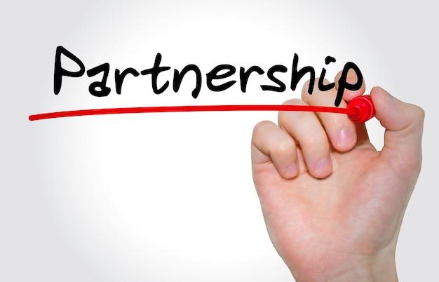 Main qui écrit inscription partenariat avec le concept de marqueur