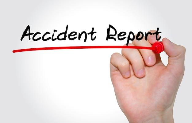 Main qui écrit le rapport d'accident d'inscription avec marqueur, concept
