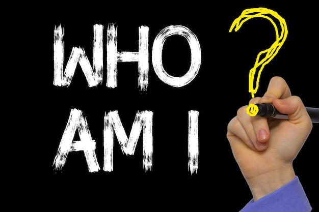 La main qui écrit le texte : qui suis-je ?